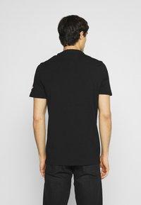 Guess - T-shirt med print - jet black - 2