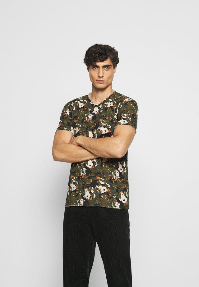 MALE  - T-shirts med print - forest nig