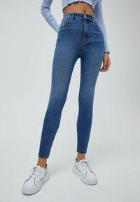 PULL&BEAR - MIT HOHEM BUND - Jeans Skinny Fit - light blue - 0