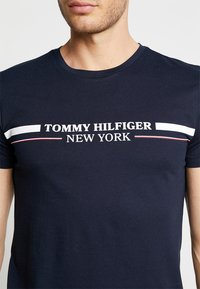 Tommy Hilfiger - YACHT STRIPE TEE - Print T-shirt - blue - 5