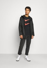 Nike Sportswear - TEE - Triko spotiskem - black/ember glow - 1
