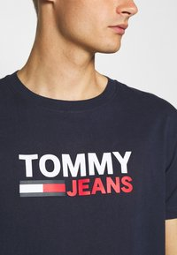 Tommy Jeans - CORP LOGO TEE - T-shirt con stampa - twilight navy - 5
