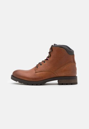 CLASSIC TUMBLE BOOT - Lace-up ankle boots - winter cognac