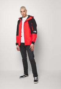 The North Face - RETRO MOUNTAIN FUTURE LIGHT JACKET - Regnjacka - fiery red - 1