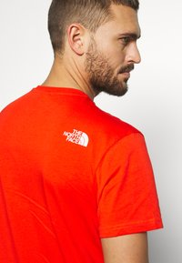 The North Face - MENS SIMPLE DOME TEE - T-shirt basic - fiery red - 6