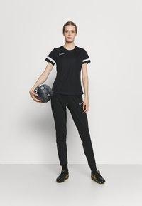 Nike Performance - T-shirts med print - black/white - 1