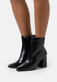 Miss Selfridge - BAYLEY POINTED FLARE HEEL BOOT - Kotníkové boty - black - 0