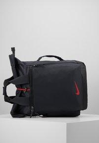 Nike Performance - VAPOR ENRGY - Reppu - smoke grey/black/ track red - 7