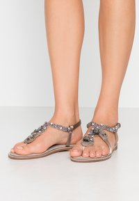 Alma en Pena - T-bar sandals - taupe - 0