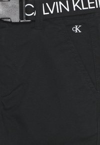 Calvin Klein Jeans - LOGO BELT TAPERED CHINO - Kalhoty - black - 2