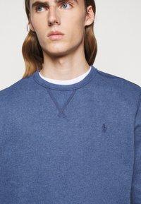 Polo Ralph Lauren - FLEECE CREWNECK SWEATSHIRT - Sweatshirt - derby blue heather - 5
