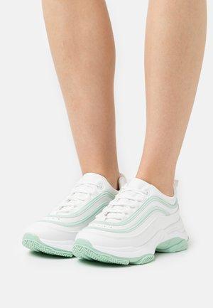 VEGAN LIZZIES - Sneakersy niskie - white/green