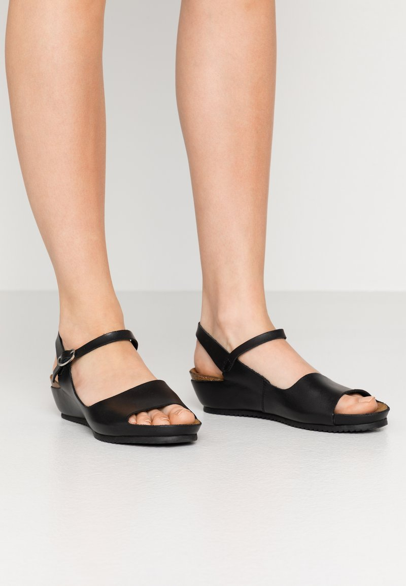 Kickers - TAKIKA - Wedge sandals - noir