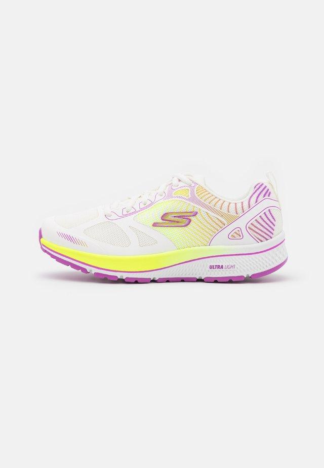GO RUN CONSISTENT FLEET RUSH - Hardloopschoenen neutraal - white/purple