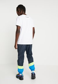 Night Addict - NARUSS - Tracksuit bottoms - navy/neon yellow - 2