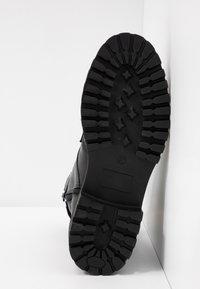 UMA PARKER - Platform boots - foulard nero - 6