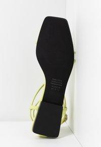 Who What Wear - ZANDER - Sandály s odděleným palcem - limeade - 6