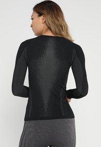 ODLO - CREW NECK PERFORMANCE WARM - Maglietta intima - black/concrete grey - 2