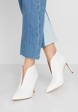 PUMPKIN - High heeled ankle boots - white