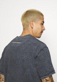 Night Addict - KIETH UNISEX - T-shirt con stampa - black acid wash - 4