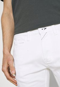 INDICODE JEANS - COMMERCIAL KEN HOLES - Shorts di jeans - offwhite - 6
