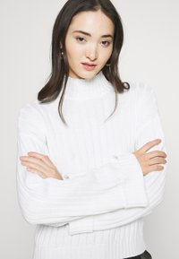 Even&Odd - CROPPED- WIDE RIB JUMPER - Neule - white - 4
