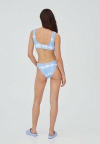 PULL&BEAR - MIT STREIFEN UND TEXTUR - Bikini top - light blue - 2
