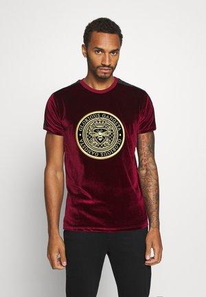 MARENO - T-shirt z nadrukiem - burgundy