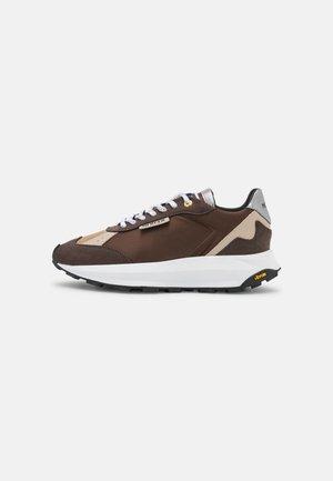 RACER - Sneakers laag - brown