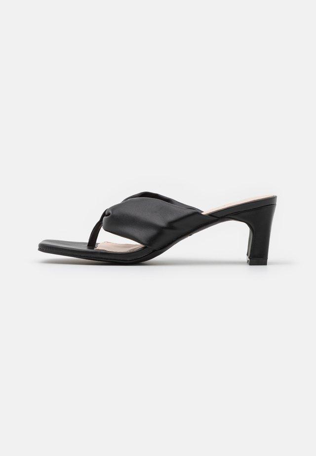 NARYN - Sandály s odděleným palcem - black