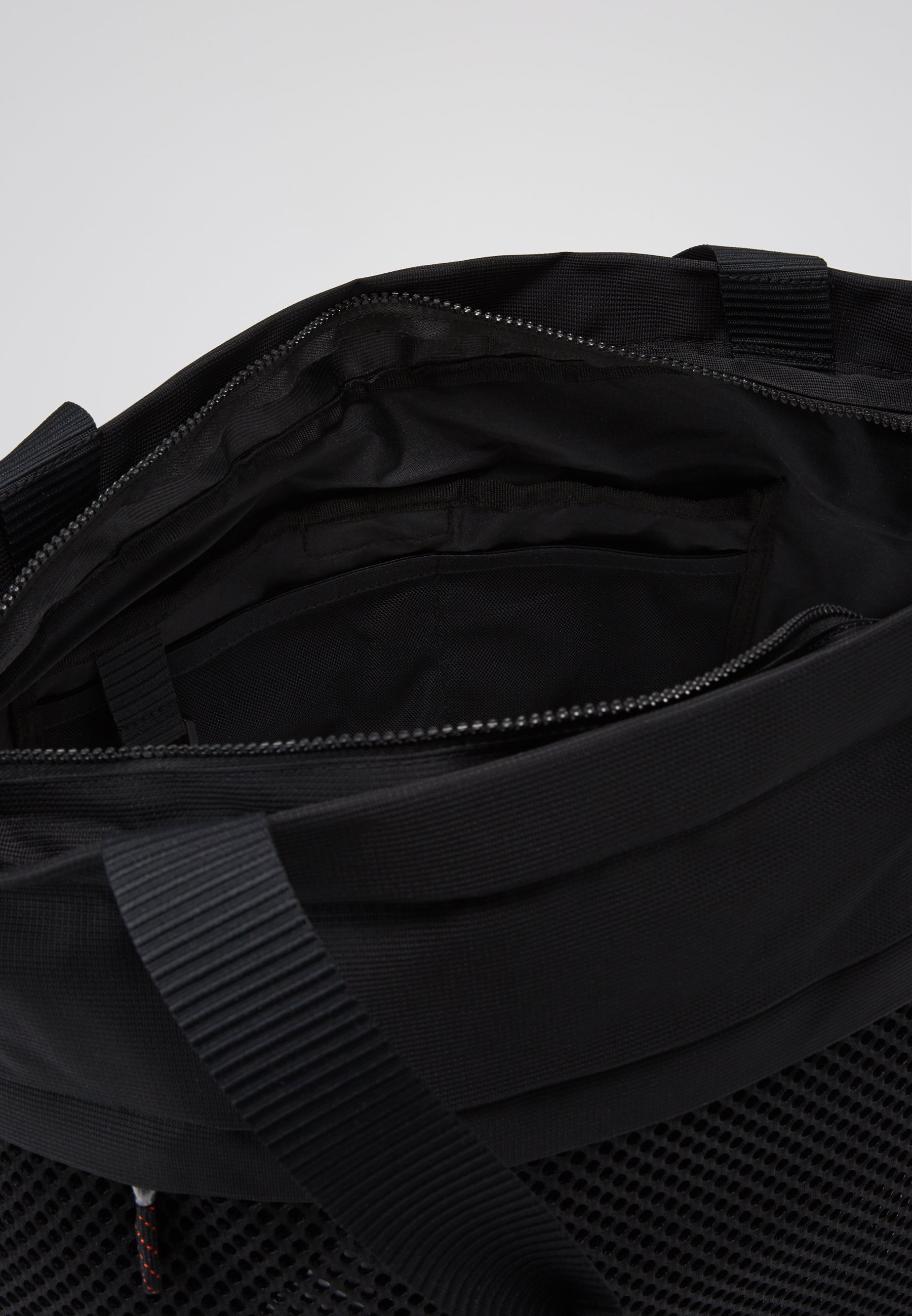 Nike Sportswear ESSENTIALS - Shoppingveske - black/white/svart 81TyGlLfAV9a0lu