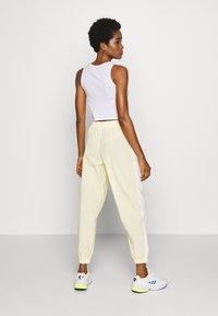 adidas Originals - LOCK UP ADICOLOR NYLON TRACK PANTS - Joggebukse - easy yellow/white - 2