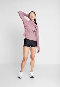 Under Armour - SPEED STRIDE SPLIT WORDMARK HALF ZIP - Sports shirt - hushed pink/black - 1