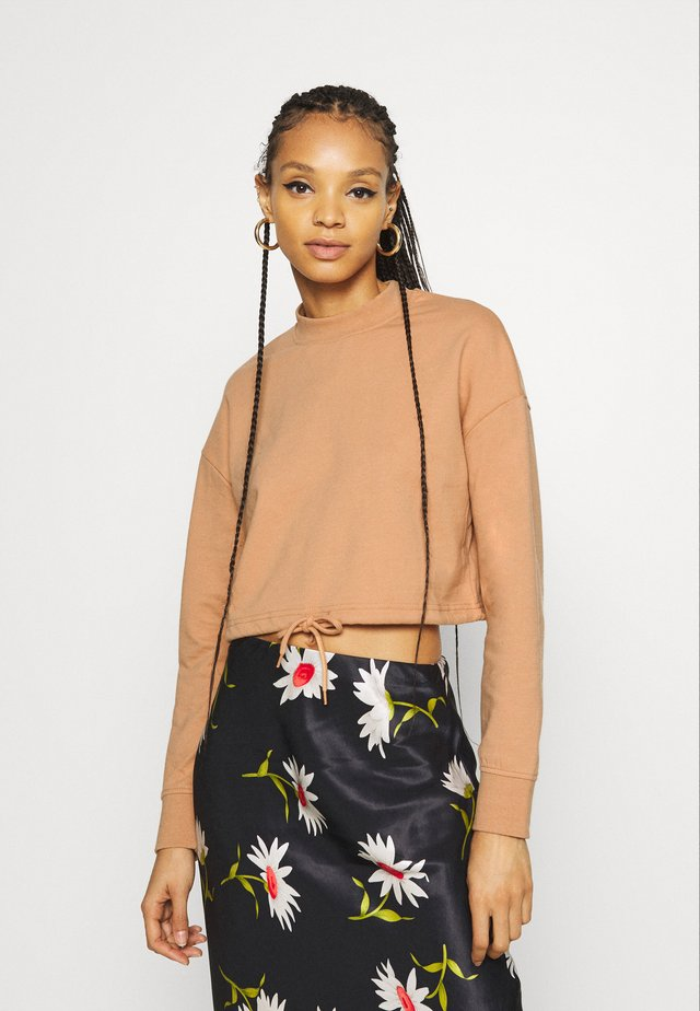 crew neck cropped sweatshirt with hem tie - Mikina - camel