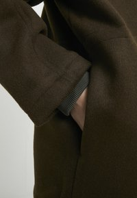 Han Kjøbenhavn - DESK JACKET - Short coat - army - 6