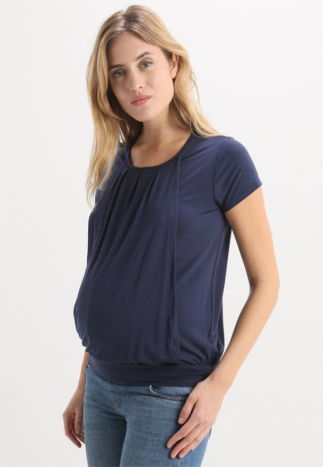 PLEATED - T-shirt con stampa - mid night blue