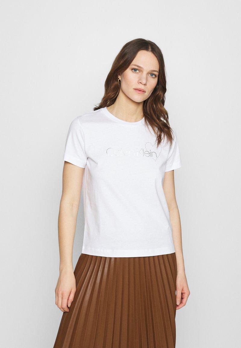 Calvin Klein - VALENTINES CREW NECK TEE - Printtipaita - bright white
