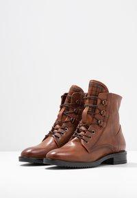 MJUS - Šněrovací kotníkové boty - brandy - 4