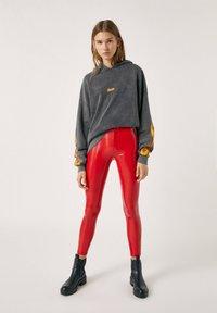 PULL&BEAR - Spodnie materiałowe - red - 1
