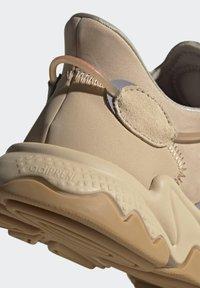 adidas Originals - OZWEEGO UNISEX - Trainers - stpanu/lbrown/solred - 10