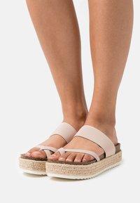 Madden Girl - CASE - Sandály s odděleným palcem - nude - 0