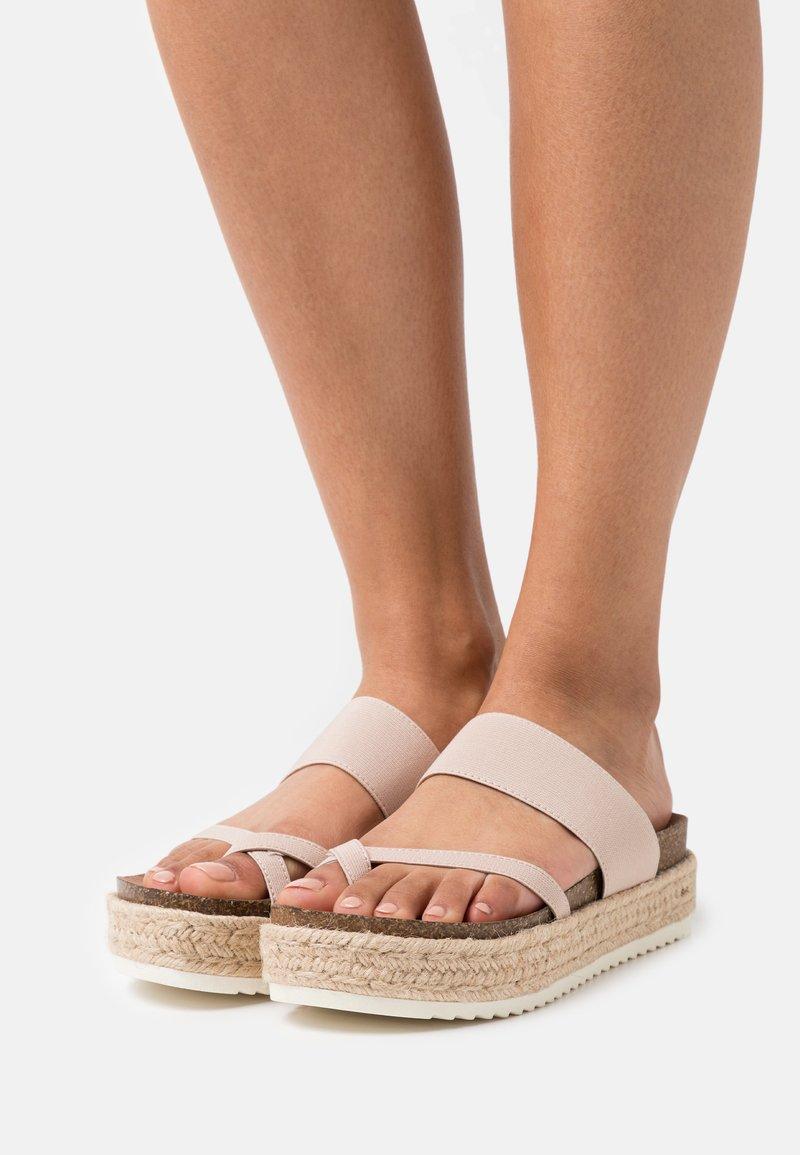 Madden Girl - CASE - Sandály s odděleným palcem - nude