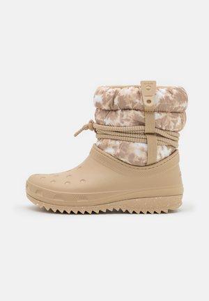 CLASSIC NEO PUFF LUXE - Winter boots - chai/white