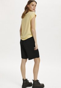 Saint Tropez - Basic T-shirt - straw - 2