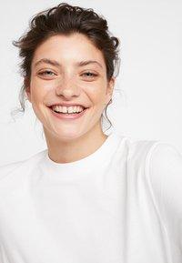 KIOMI - Basic T-shirt - bright white - 4
