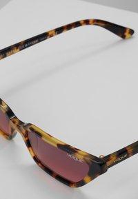 VOGUE Eyewear - GIGI HADID - Aurinkolasit - brown yellow tortoise - 2