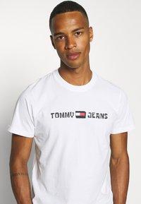 Tommy Jeans - ABO TJU X SPONGEBOB TEE UNISEX - T-Shirt print - ivory - 3