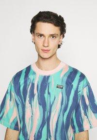 adidas Originals - TEE UNISEX - Print T-shirt - vapour pink/multicolor - 3