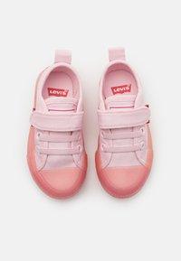 Levi's® - MAUI UNISEX - Sneakers laag - light pink - 3