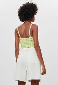 Bershka - MIT BUNDFALTEN - Denim shorts - stone - 1